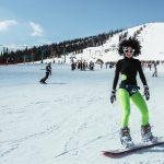 Спуск на сноуборде в карновальных костюмах