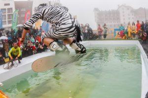 Прыжки в бассейн в карнавальных костюмах